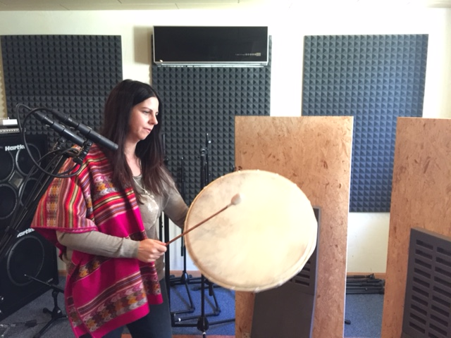 Carmen Laempe mit Trommel